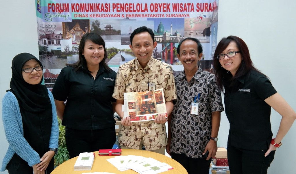 Bersama mbak Rani (paling kanan), museum manager House of Sampoerna / photo taken with Samsung NX300