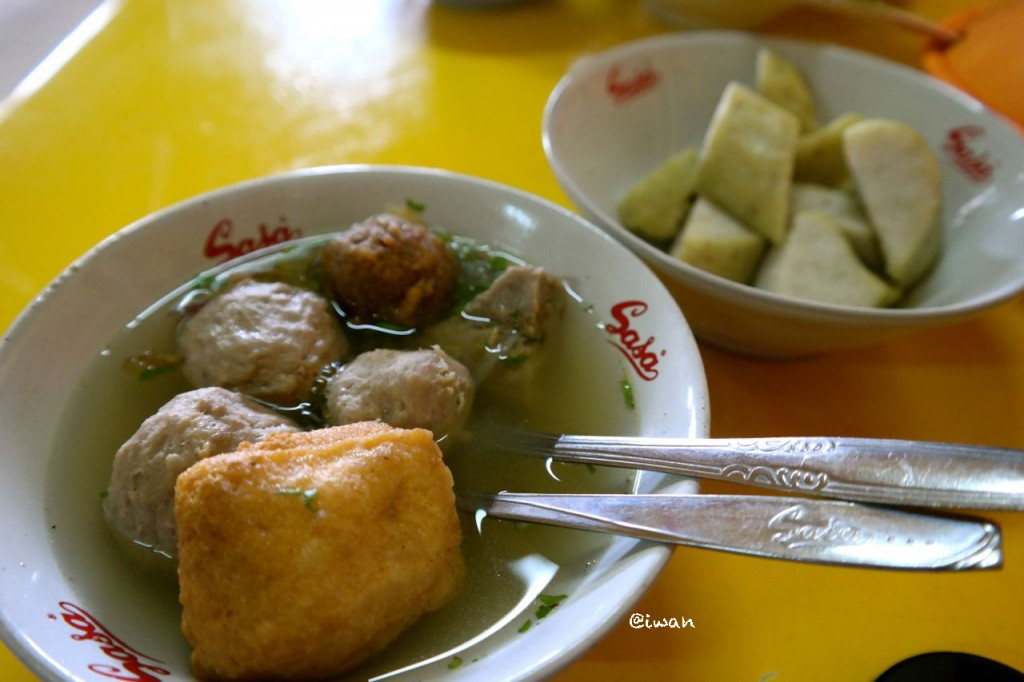 Bakso Lima Jenis, disajikan bersama Lontong / photo junanto with samsung NX300