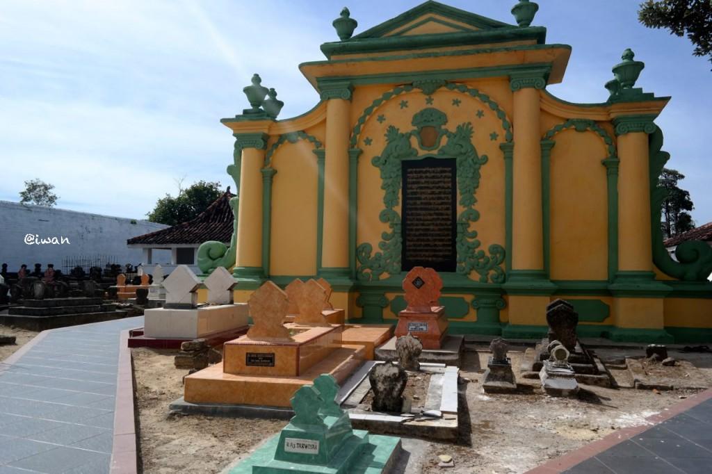 Bangunan di pemakaman Asta Tinggi / photo junanto with Samsung NX300