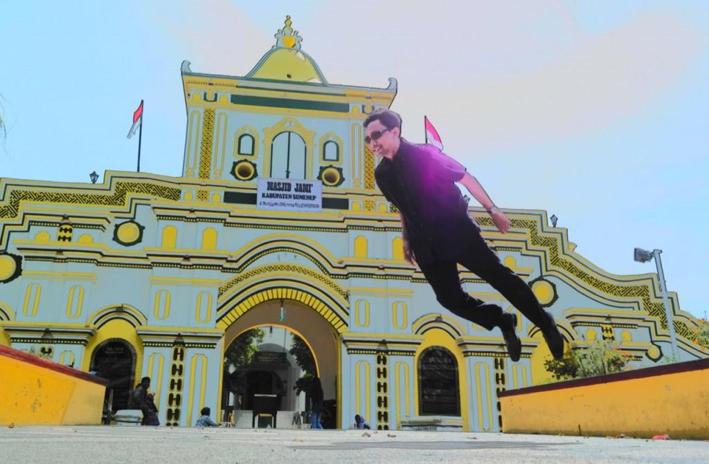 Berpose levitasi di gerbang masjid Jami Sumenep / with Samsung NX300