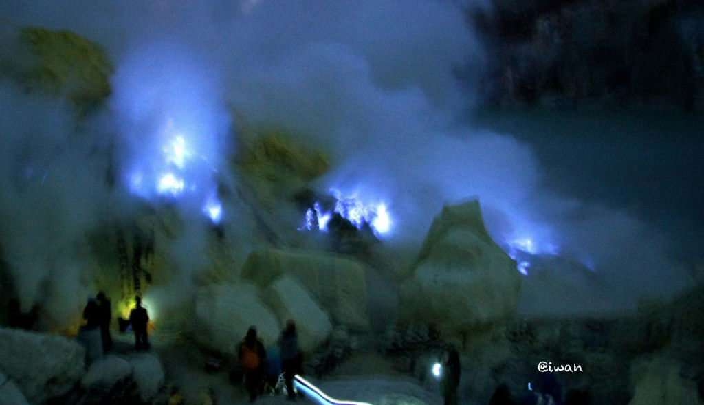 Fenomena Blue Fire di Kawah Ijen / photo junanto