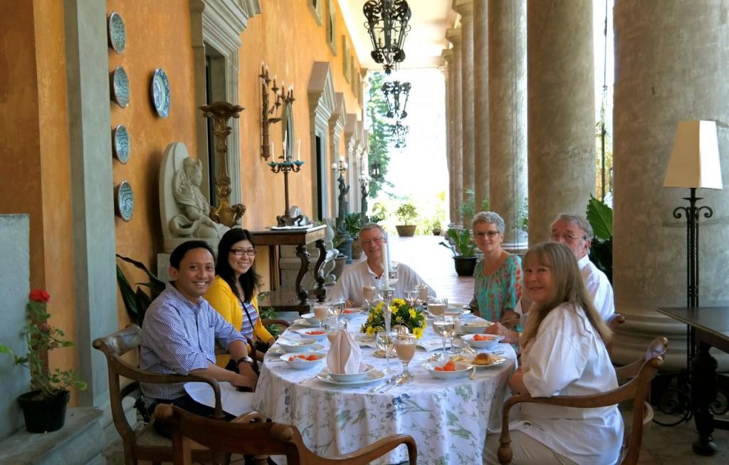 Sarapan bersama Tante Wieteke, suami, dan kawan-kawannya