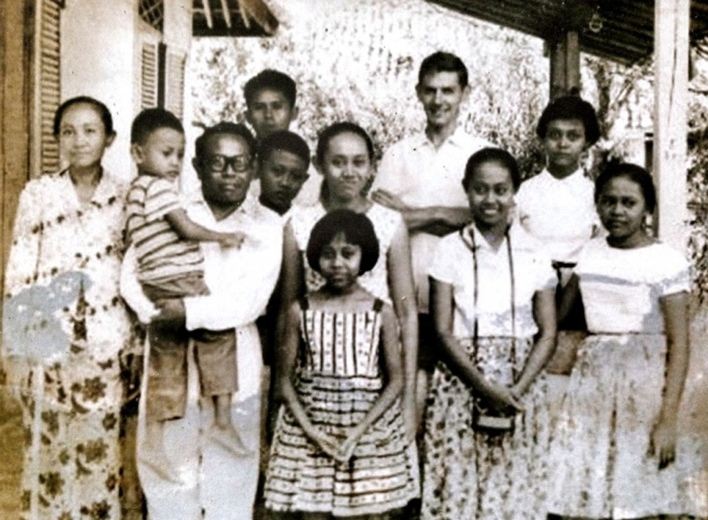 Anti (paling kiri), bersama almarhum Kakung, dan anak-anaknya, di rumah Bendungan Jago, tahun 1950-an / Dok. Keluarga