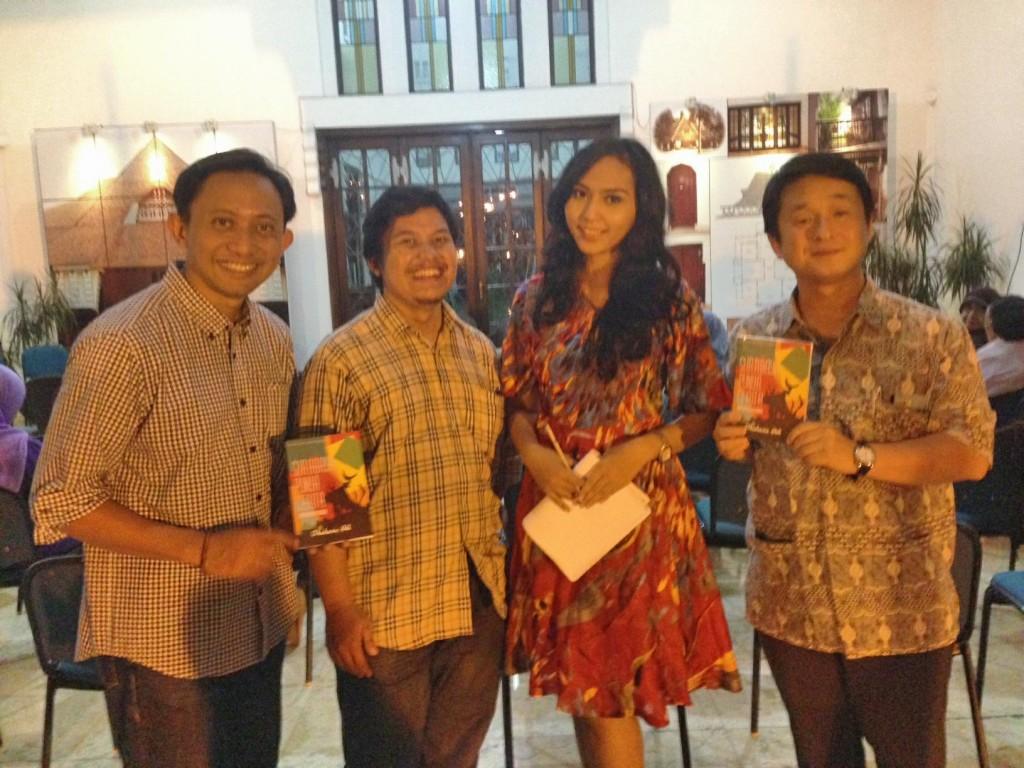 Mas Ipung (no 2 dari kiri), penulis buku Surabaya Punya Cerita, saat launching buku, bersama Kiki Aishwarya, Duta Museum Jatim 2012, dan Prof. Matsui dari Jepang.