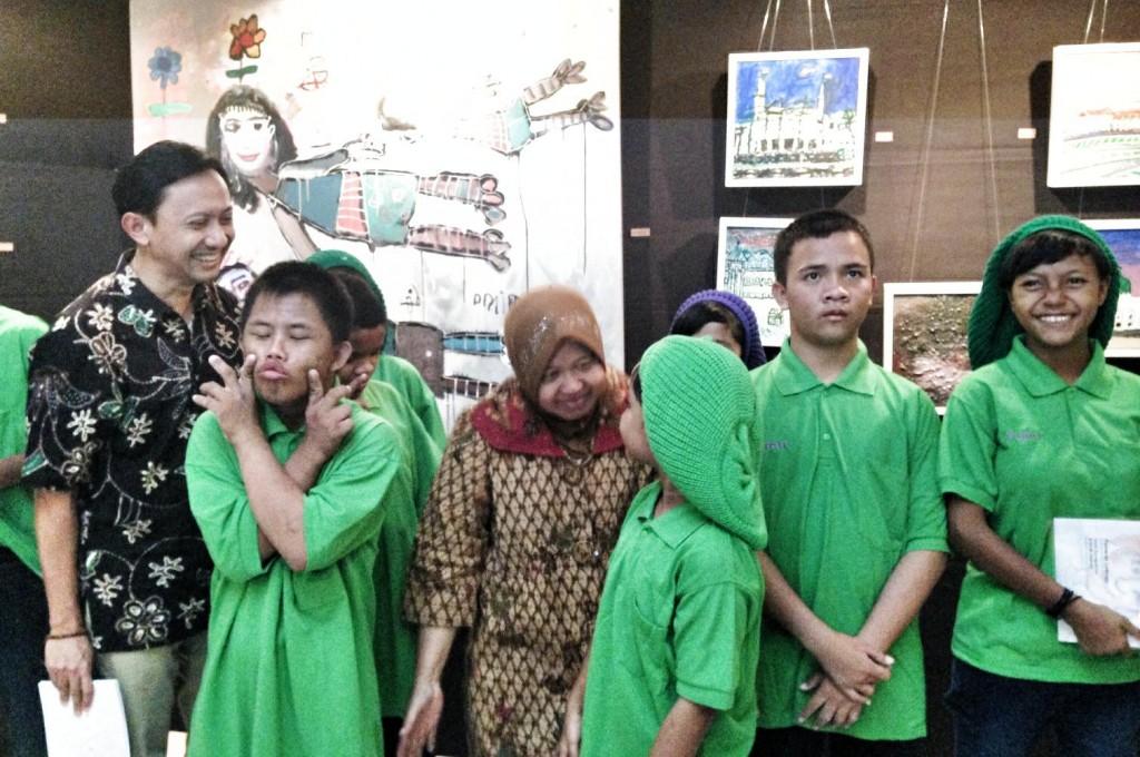 Bersama Walikota Surabaya, Tri Rismaharini, dan anak-anak tunagrahita di depan karya mereka.