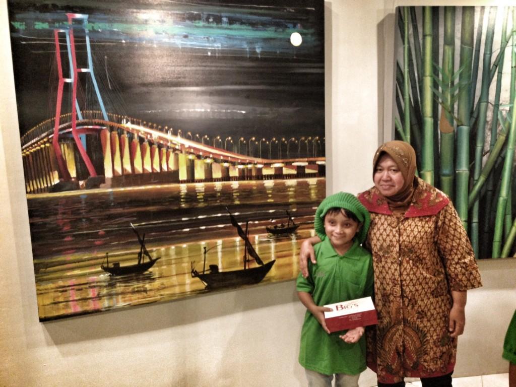 Ibu Risma, Walikota Surabaya, bersama Imah, pelukis tuna grahita di depan karya lukis / photo junanto