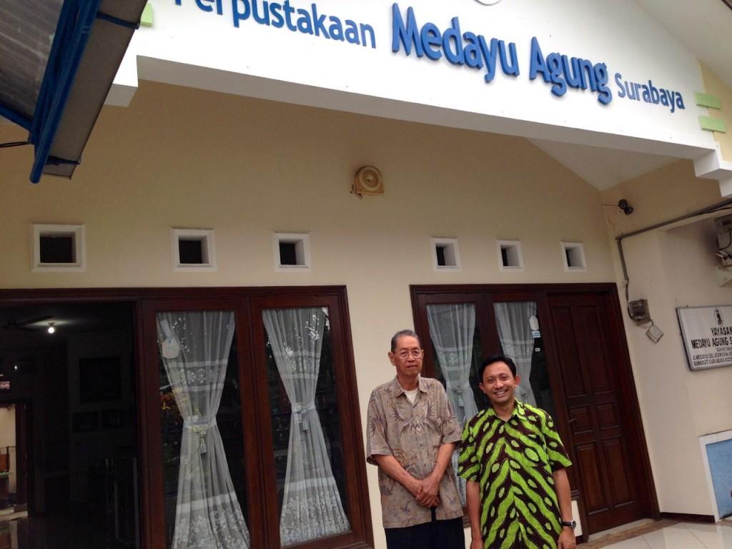 Bersama Pak Wie di depan Perpustakaan Medayu Agung