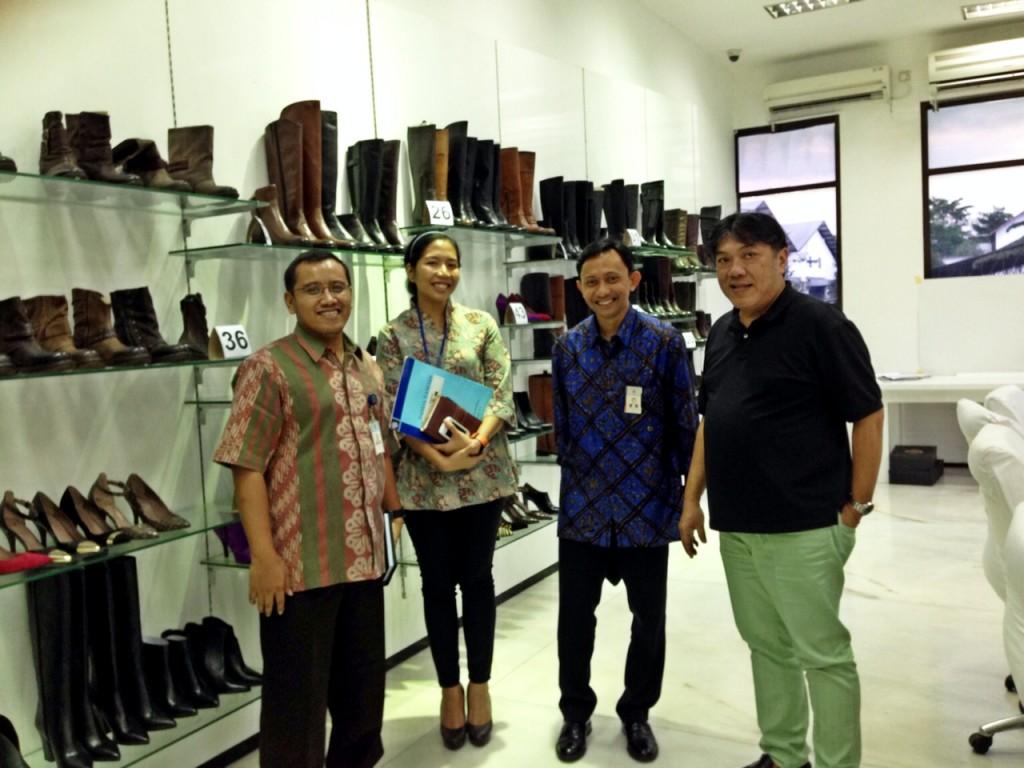 Bersama Pak Ali Tanuwidjaja (paling kanan), di showroom sepatu yang terletak di pabriknya.
