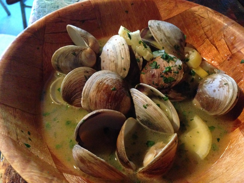 Neck Clam with Butter Sauce and Lemon / photo junanti