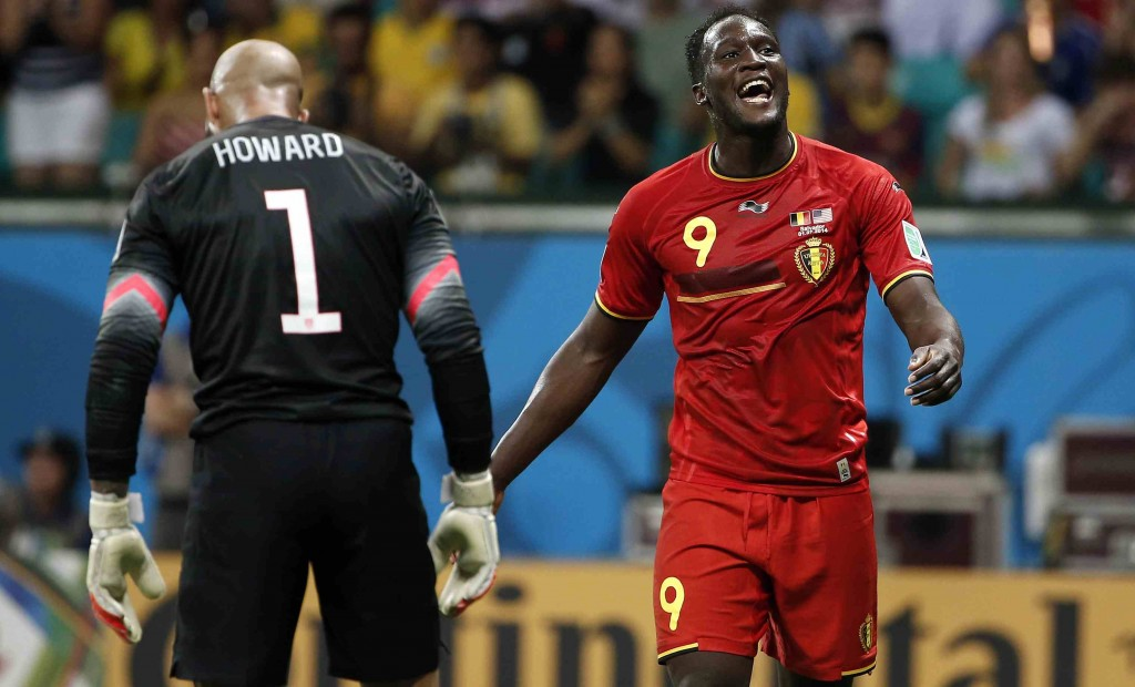 Kiper AS, Tim Howard, tertunduk lesu, sementara Lukaku, penyerang tim Belgia melewatinya / source soccerly.com. USA TODAY Sports.