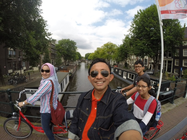 Berpose sebentar di Kanal Amsterdam