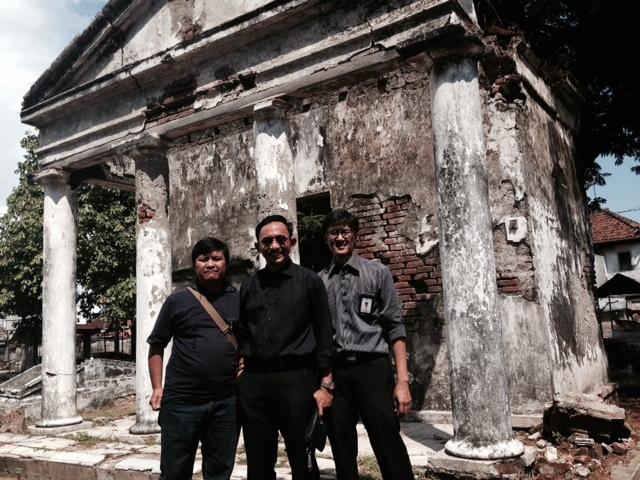 Bersama Mas Dandot dan Mas Ipung, di depan Omah Balung, satu bangunan yang kata orang paling angker di makam Peneleh