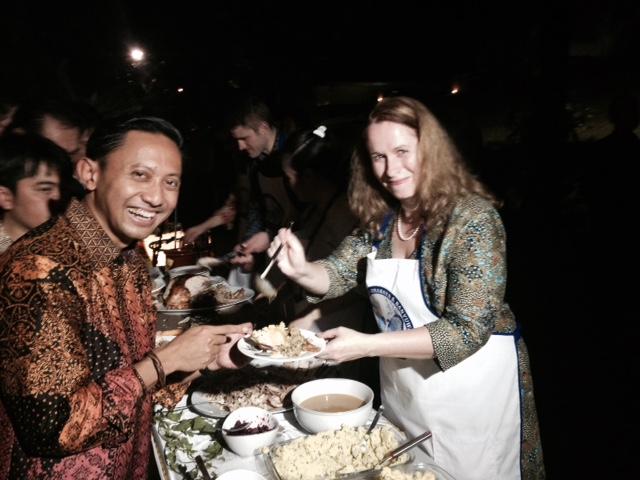 Joanne, kawan dari Konjen AS di Surabaya, menyajikan Kalkun Thanksgiving