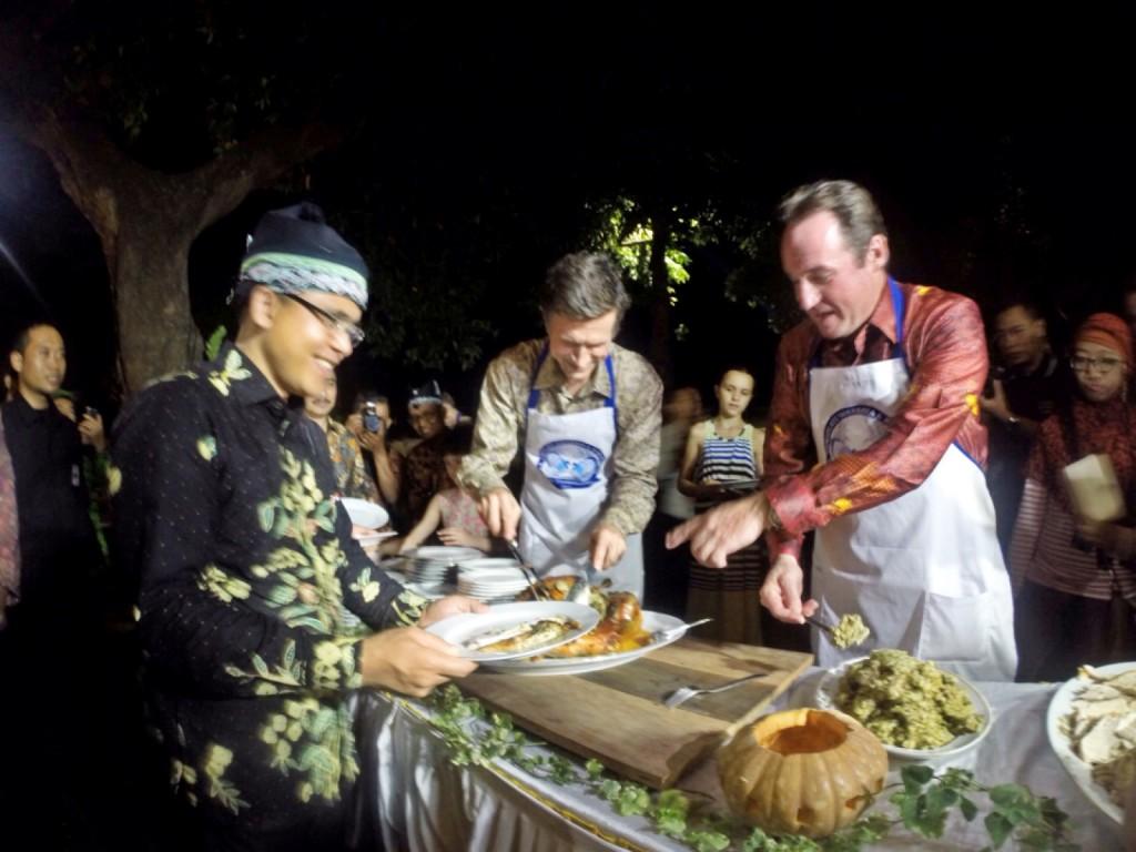 Dubes AS Robert Blake dan Konjen AS di Surabaya Joaquin Monseratte, menyajikan kalkun bagi Bupati Banyuwangi Abdullah Azwar Anas / photo junanto