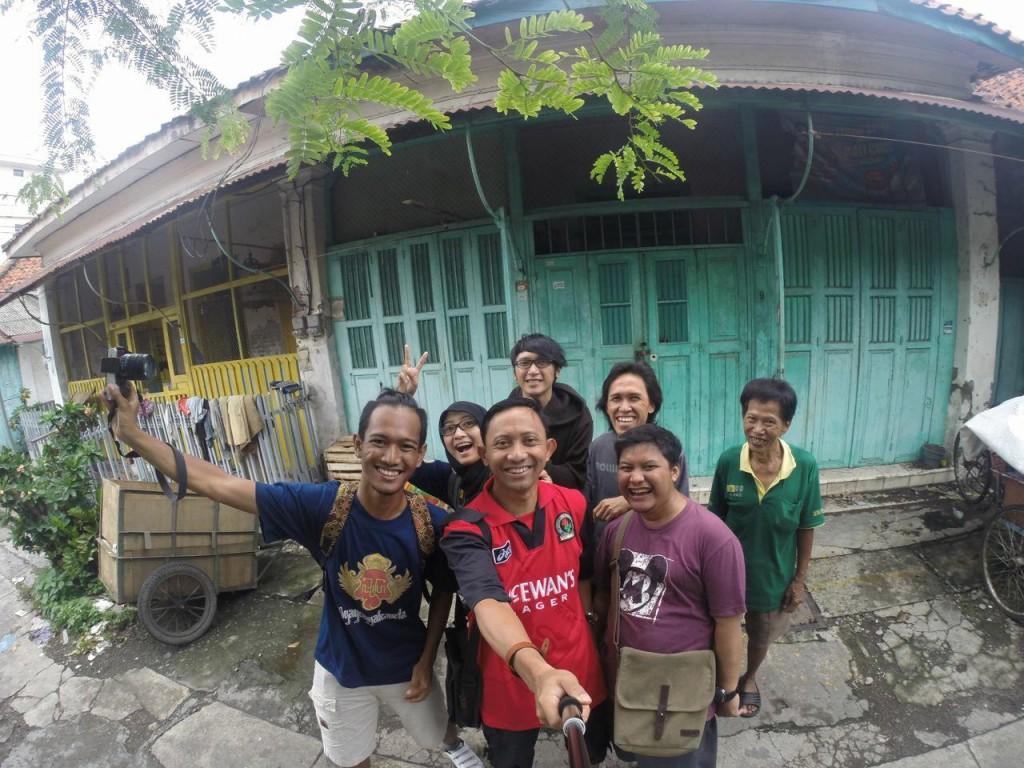 Berpose bersama di salah satu rumah indische di Tambak Bayan