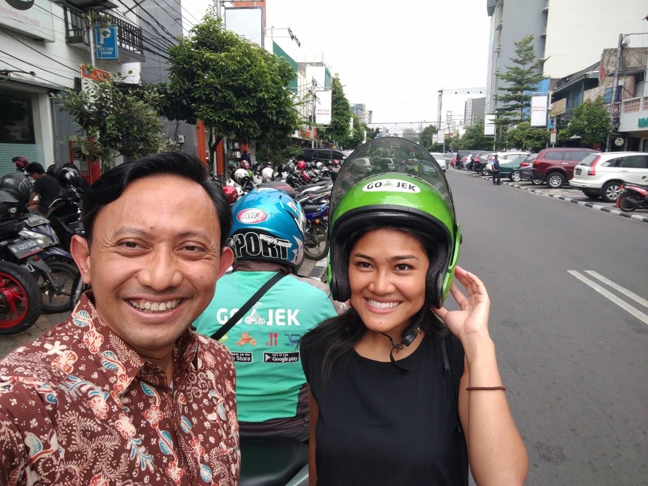 Cita-cita Rita naik Ojek di Jakarta akhinya kesampaian